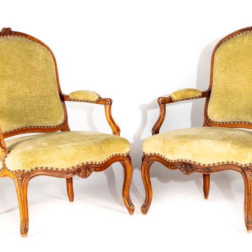 Suite de quatre fauteuils en hêtre mouluré et sculpté à dossier plat arrondi, à …