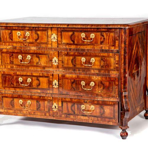 Commode en noyer de forme Mazarine, ouvrant à quatre tiroirs, le dessus de bois …