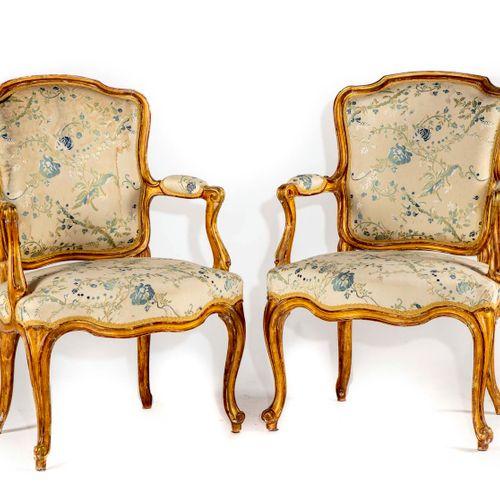 Paire de fauteuils en bois redoré de forme mouvementée à dossier en cabriolet, r…