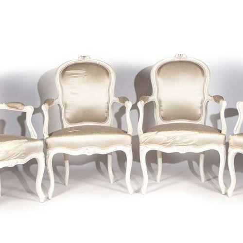 Suite de quatre fauteuils en hêtre repeint à dossier en cabriolet, à décor de fe…