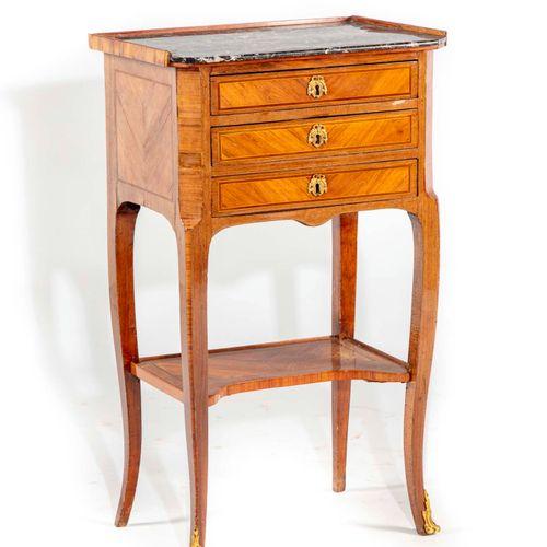 Petite table en satiné et amarante ouvrant à trois tiroirs et reposant sur des p…