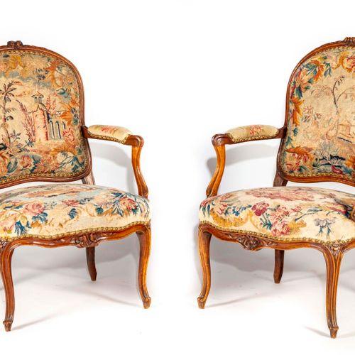 Paire de fauteuils en noyer et hêtre teinté mouluré et sculpté à dossier plat ar…