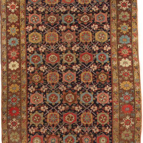 Tapis galerie Karadagh, nord ouest de la perse  Deuxième moitié du XIXe  Champ d…