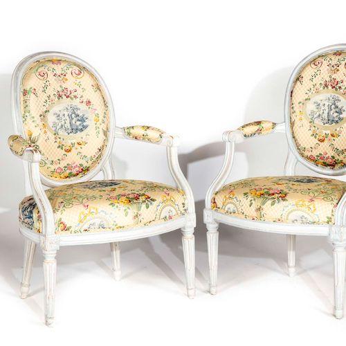 Paire de fauteuils en bois repeint à dossier médaillon en cabriolet, reposant su…
