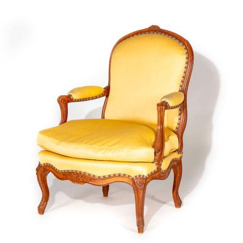 Large fauteuil en bois naturel mouluré et ciselé de fleurettes, dossier plat, ac…