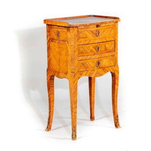 Petite table à écrire en bois de violette (toutes faces) ouvrant à trois tiroirs…