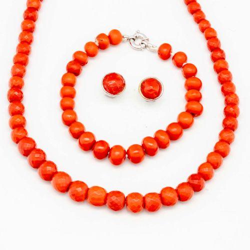 Parure en corail facetté, comprenant collier, boucles d'oreilles, bracelet, mont…
