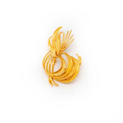 Broche en or jaune formant un feuillage  Poids : 9,4 g.