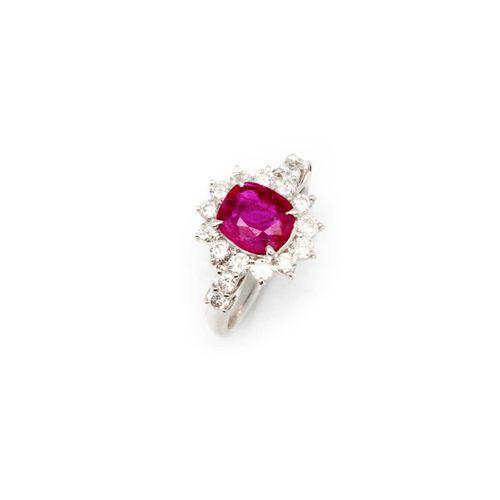 Bague en or gris ornée d'un rubis birman pesant 1,72 ct. Entouré de diamants  TD…