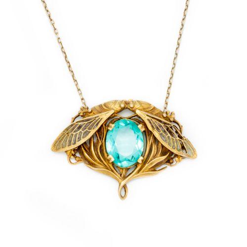 Vers 1910 Epoque Art Nouveau  Pendentif en métal doré orné de deux libellules s'…
