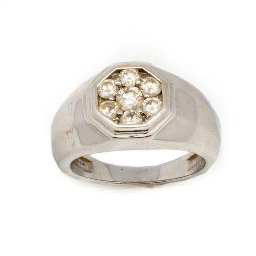 Bague chevalière en or gris ornée d'un pavage de petits diamants  TDD : 56  Poid…