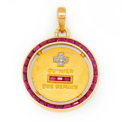 """Médaille en or jaune ornée de la mention """"Plus qu'hier et moins que demain"""" cerc…"""