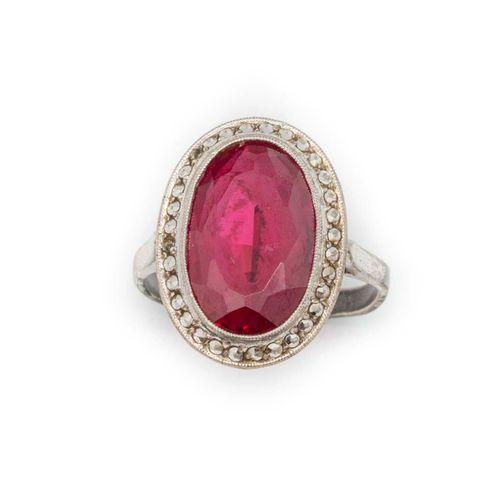 Bague en argent ornée d'une pierre rouge  Vers 1920  Poids brut : 5 g.