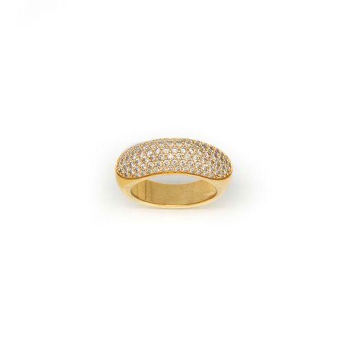 Bague jonc en or jaune ornée d'un pavage de diamants  TDD : 56  Poids brut : 13,…