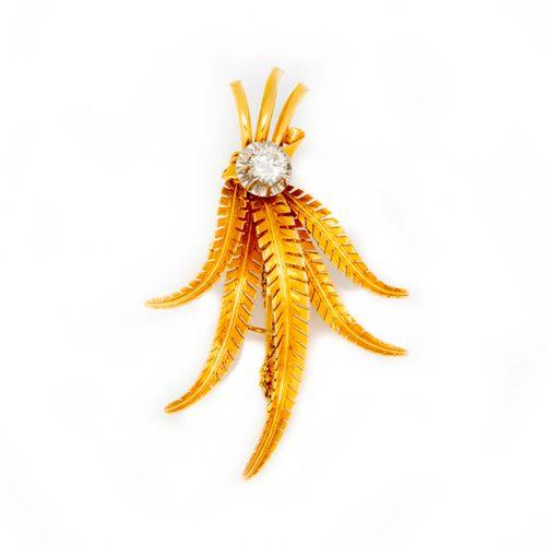 Broche en or jaune formant feuillage vers 1950 ponctuée d'un diamant de 0,40 ct …