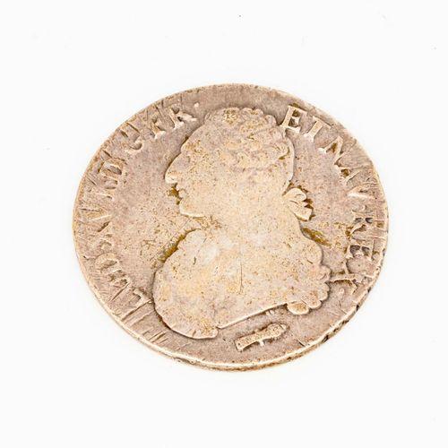 Ecu en argent, profil de Louis XVI  Epoque XVIIIe  Usé  Poids : 28,8 g.