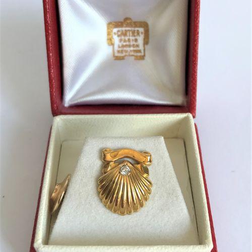 CARTIER CARTIER Paris  Boutonnière SHELL en or jaune ornée d'un petit diamant  S…