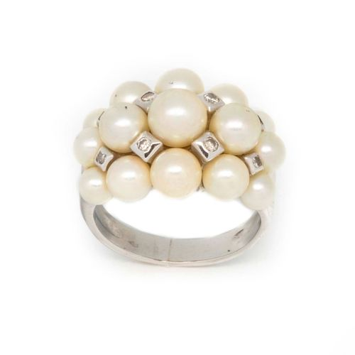 Bague en or gris ornée de trois rangs de perles de culture alternéees de petits …