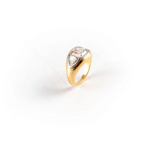 Bague jonc en or jaune ornée d'un pavage, au centre un diamant de taille coussin…