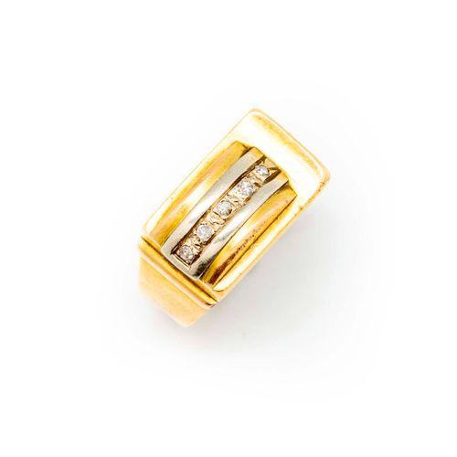 Vers 1940  Baque TANK en or jaune et pavage de petits diamants vers 1940  TDD : …