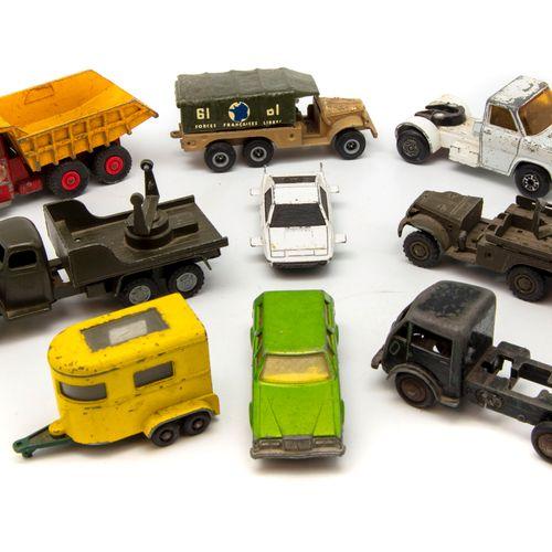 Lot de petites voitures échelles diverses (1/43, 1/64 etc.) de divers fabricants…