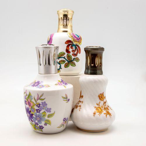 PILLIVUYT PILLIVUYT  Trois lampes Berger en porcelaine à décor émaillé de fleurs…