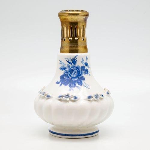 Lampe Berger en porcelaine à décor de fleurs en camaïeu bleu et en relief dans l…