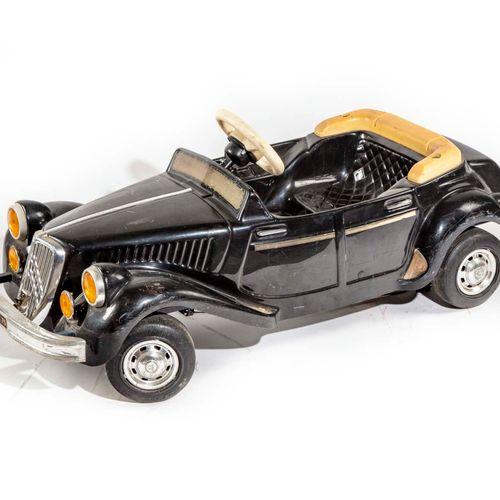 Voiture à pédales en plastique noir à rénover. Imitation Peugeot.  Dimensions : …
