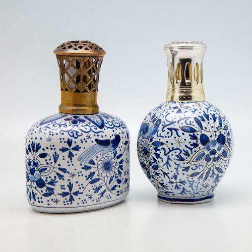 Deux lampes Berger en faïence à décor en camaïeu bleu dans le goût de Deflt  H.:…