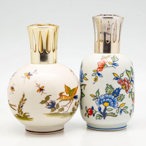 Deux lampes Berger en céramique à décor dans le goût du XVIIIème de Rouen et Mou…