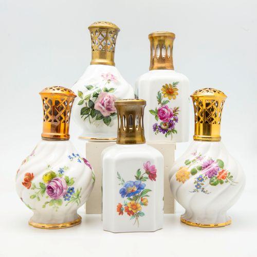 PARIS  Suite de cinq lampes BERGER en porcelaine à décor de fleurs des modèles :…