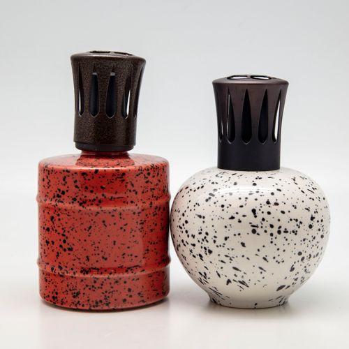 Deux lampes Berger en céramique à décor moucheté sur fond blanc et ocre  H.: 15 …
