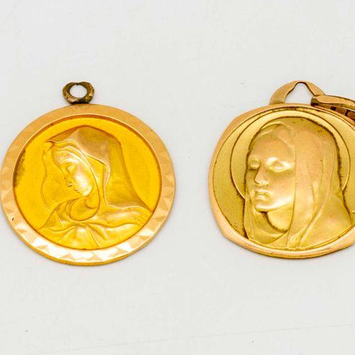 Deux médailles de baptême en métal doré, l'autre en métal cerclé en or