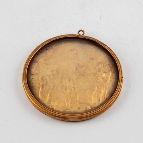 """Médaillon métal doré à décor d'un bas relief et inscrit au revers """"Publication d…"""
