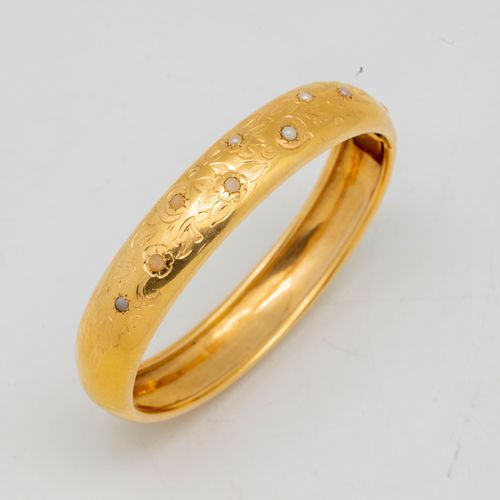 Bracelet rigide en or à décor gravé de fleurs ornées de petites perles  Poids br…