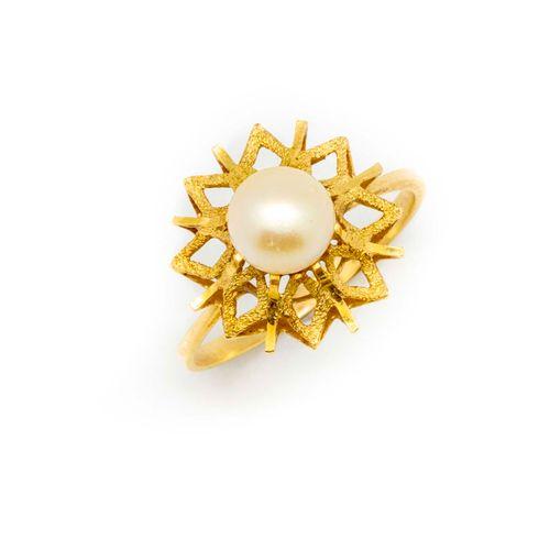 Bague en or jaune ornée d'une perle de culture  Poids brut 3,7 g.