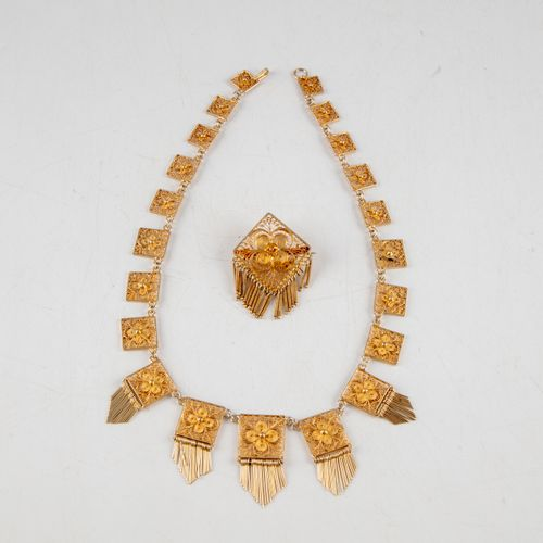 Ensemble en métal doré à maillons ajourés et pendants comprenant : un collier et…