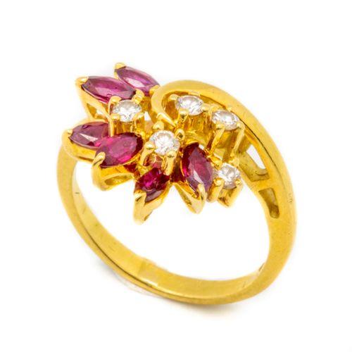 Bague en or jaune ornée de petits diamants et rubis formant une fleur  Taille 47…