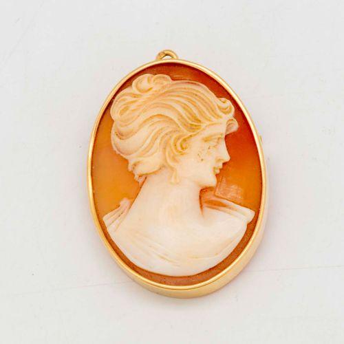 Broche camée ornée d'un profil de femme au chignon, monture en or  Poids brut : …
