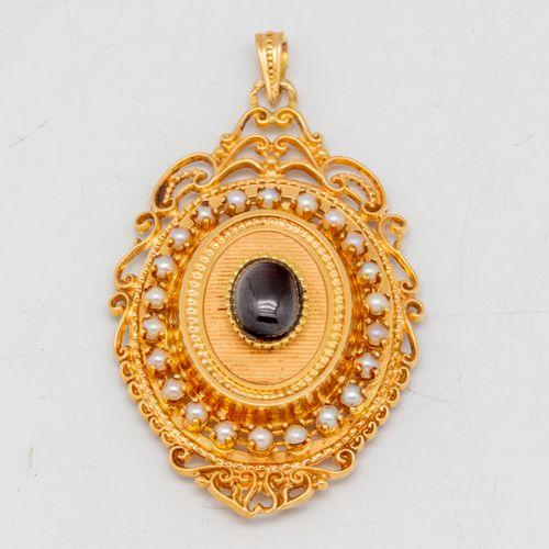 Médaillon porte photo à décor ajouré en or ornée d'une pierre rouge en cabochon …