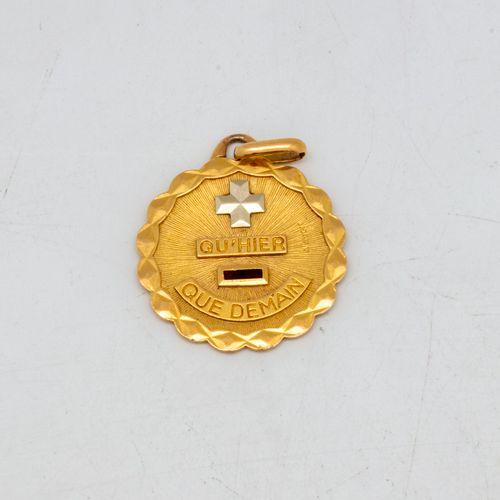 """Médaille en or jaune """"Plus qu'hier et bien moins que demain """"  Poids : 3,2 g."""