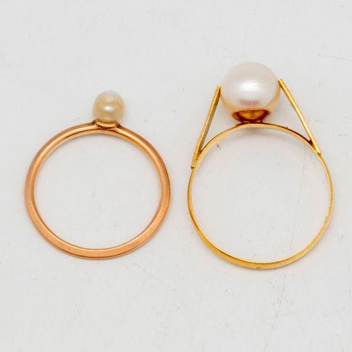 Deux bagues en or jaune ornées de perles de culture  Poids brut : 3,22 g.
