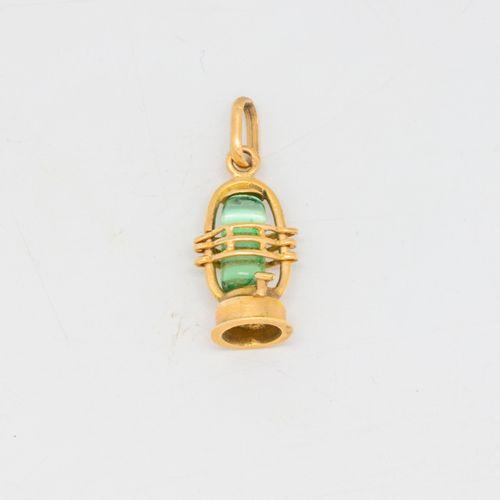 Pendentif en or en forme de petite lanterne  Poids brut : 2,2 g.