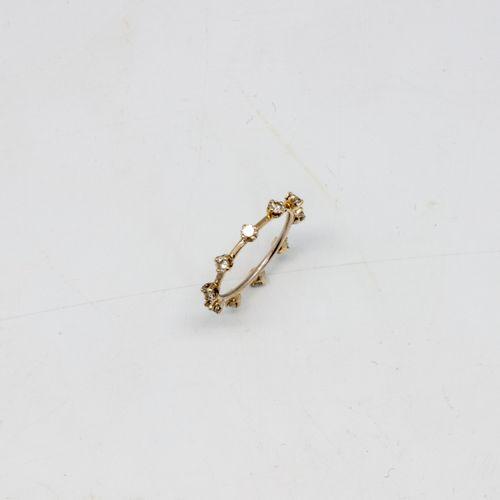 Alliance en or gris ponctuée de petits diamants  Poids brut : 1,58 g.