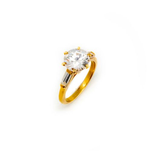 Bague en or jaune ornée d'un diamant de synthèse (zircon)  TDD : 52