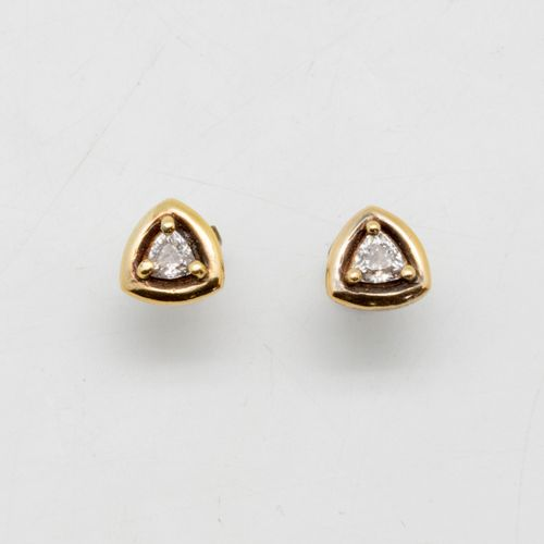 Paire de puces d'oreilles triangulaires ornées de petits brillants  Poids brut :…