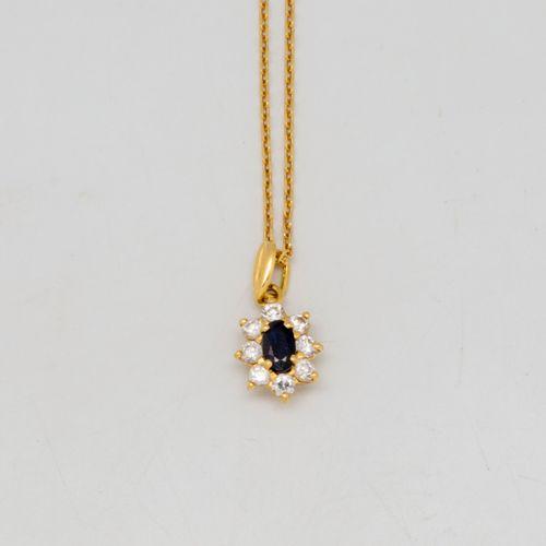 Collier en or jaune ornée d'un pendentif saphirs et diamants  Poids brut : 3,23 …