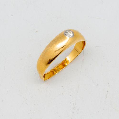 Bague chevalière en or jaune ornée d'un petit brillant  Poids brut : 3,6 g.