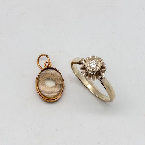Bague en platine ornée d'un petit diamant  On joint un petit pendentif souvenir …