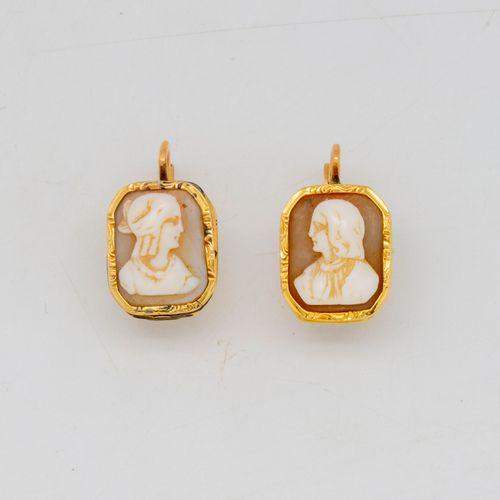 Paire de dormeuses d'oreilles en or jaune ornées de camées  Epoque fin XIXe  Poi…